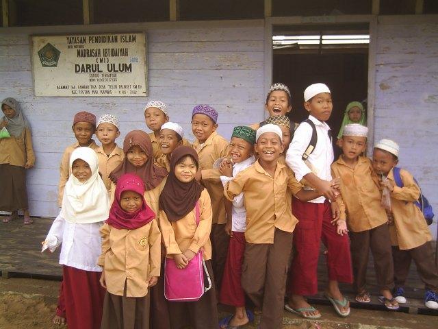 Siswa-siswi Madrasah Ibtidaiyah Darul Ulum