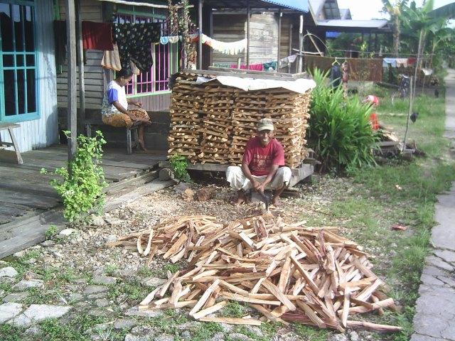 Membelah kayu bakar di Handil Rambai Tiga