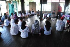 relawan kelurahan menyimak penjelasan dari perawat puskesmas