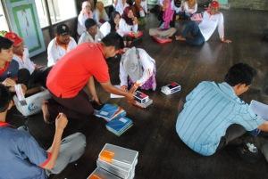 pendistribusian alat pengukur tekanan darah kepada relawan kelurahan pulau kupang