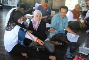 perawat puskesmas mengajarkan kepada relawan kelurahan pulau kupang menggunakan alat pengukur tekanan darah