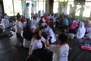 para relawan kelurahan pulau kupang belajar menggunakan alat pengukur tekanan darah