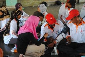 relawan kelurahan pulau kupang belajar menggunakan alat pengukur tekanan darah