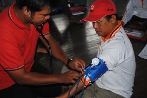 fasilitator sugian mencoba menggunakan alat pengukur tekanan darah