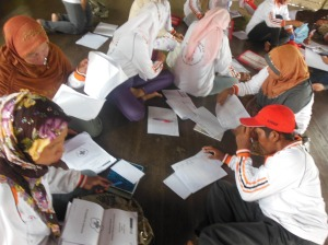 relawan kelurahan membuat laporan bulanan tingkat desa