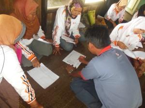 fasilitator memberikan dampingan kepada relawan kelurahan siapa yang belum terlalu mengerti cara membuat pelaporan
