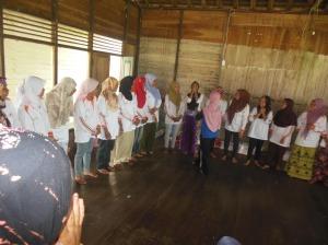 fasilitator dan relawan kelurahan melakukan permainan