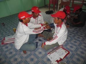 Relawan Desa mencoba belajar menggunakan alat tekanan darah