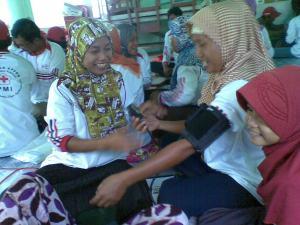 Relawan Desa belajar menggunakan alat pengukur tekanan darah