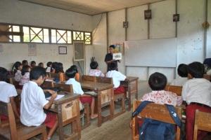 relawan menjelaskan tentang gizi seimbang di SDN 1