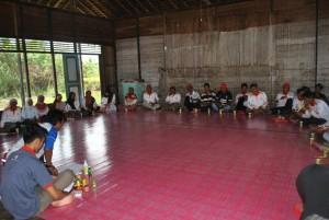 relawan kelurahan pulau kupang sedang mendengarkan fasilitator yang memberikan materi