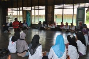 relawan kelurahan pulau kupang sedang mendengarkan penjelasan dari fasilitator
