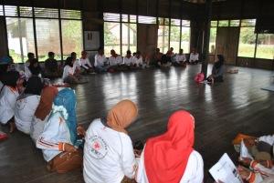 relawan kelurahan sedang mendengarkan penjelasan dari ibu berlian