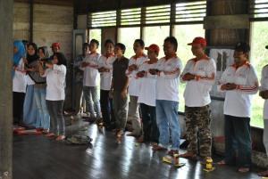 mempraktekkan cuci tangan yang baik dan benar oleh relawan kelurahan pulau kupang
