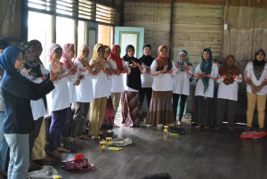 relawan kelurahan mempraktekkan tentang cuci tangan