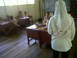 para murid mencatat apa yang telah dituliskan oleh para relawan cabang