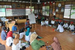 Saat fasilitator menjelaskan tentang Pertolongan Pertama pada Relawan Desa