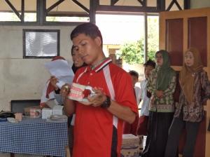 salah satu relawan kelurahan Pulau Kupang bersedia membantu memberikan  materi Sikat Gigi kepada para murid