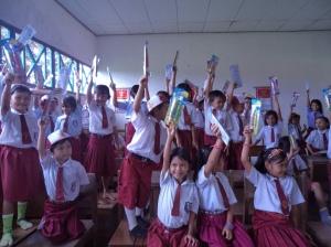 kesenangan para murid SDN 5 saat memperlihatkan sikat gigi mereka