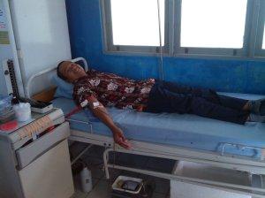 Bpk. Wiwid sedang mendonorkan darahnya