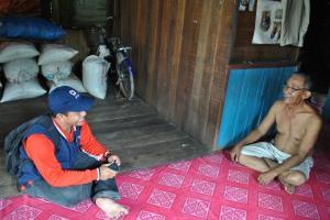 saat relawan mewawancarai warga desa Terusan Raya