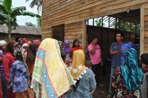 Relawan Cabang menjelaskan cara pemasangan keramik filter kpda masyarakat