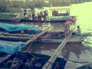 BPK beserta penyelam tradisional menguras air dalam ferry guna penyelidikan lebih lanjut oleh kepolisian