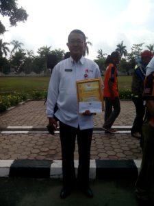 dr. Abiyoso sebagai Pengurus PMI Kab. Kapuas sesaat setelah  menerima penghargaan dari Bupati Kapuas
