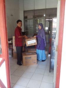 Serah terima Masker oleh Staff PMI Provinsi Kalteng Kepada PMI Kab. Kapuas