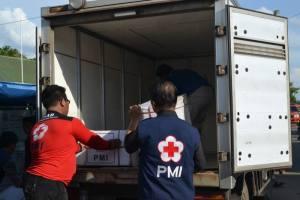 Proses penurunan barang bantuan dari truk PMI