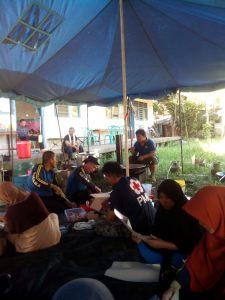 Pasca kebakaran relawan PMI membantu Dapur Umum yang didirikan oleh Tagana