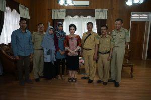 Foto bersama Ibu Ary Egahni Ben Bahat, Pengurus serta staf PMI Kabupaten kapuas