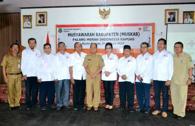 Foto Bersama Bupati Kapuas beserts Pengurus PMI Kabupaten Kapuas Masa Bakti 2016-2017.