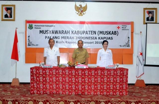 Foto pada saat pembukaan MUSKAB. Foto dari Kiri Pengrus PMI Kalimantan Ten gah, Bupati Kapuas dan Ketua PMI Kabupaten Kapuas