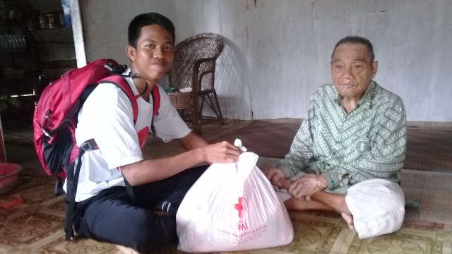 Penyaluran Sembako di Desa Anjir Serapat Barat